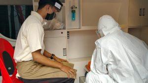 Salah satu karyawan Shusi Tei di Jalan Pattimura saat menjalani pemeriksaan rapid test